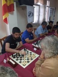 Alejandro Castellanos entre las primeras mesas